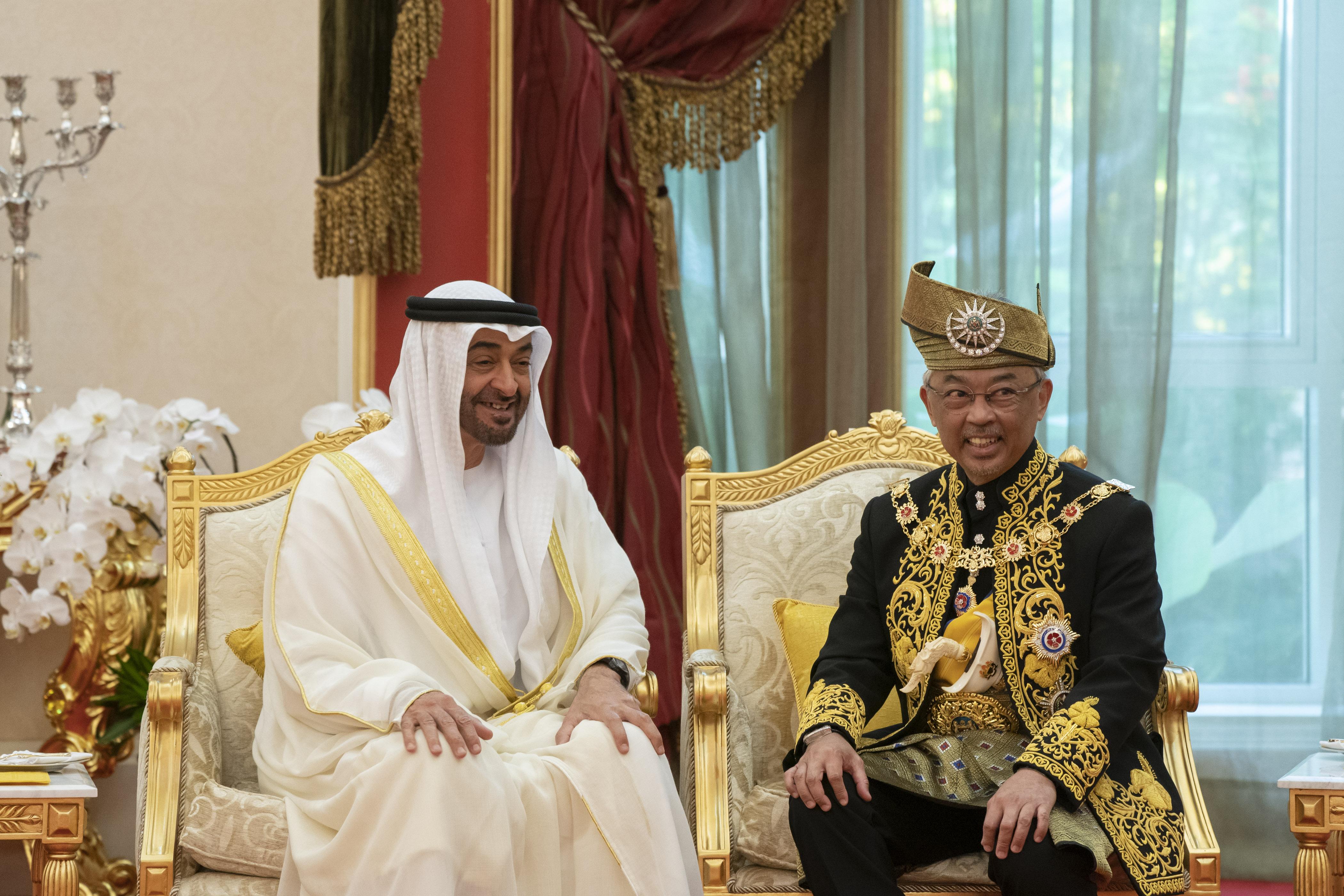 محمد بن زايد يحضر مراسم تنصيب عبدالله رعاية الدين المصطفى بالله ملكا لماليزيا