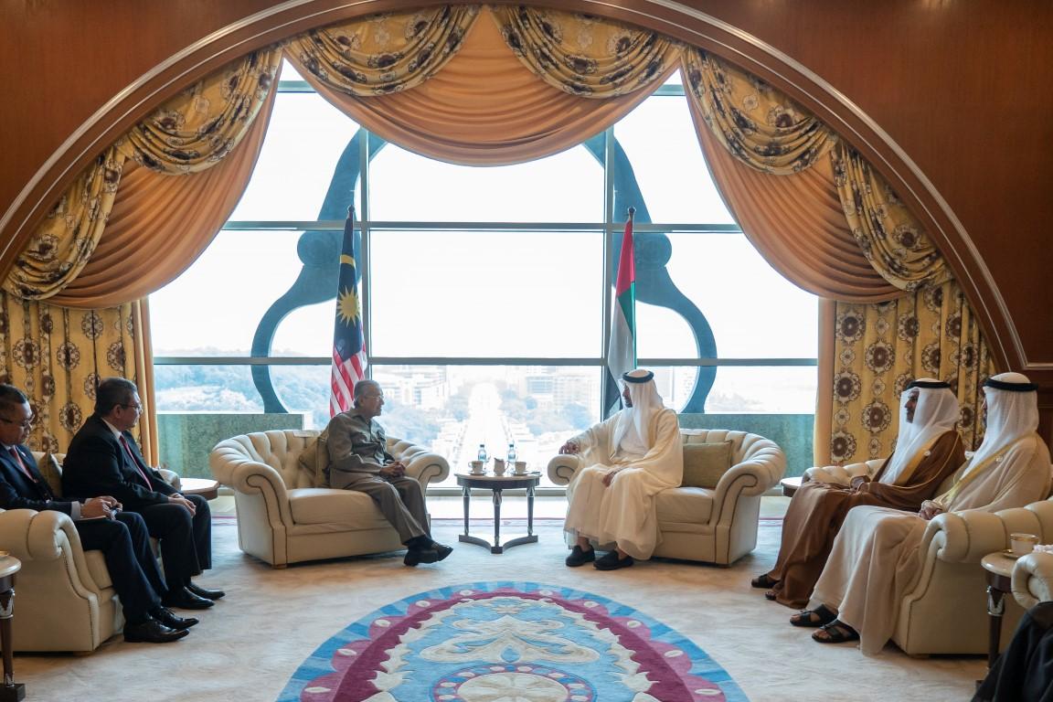 محمد بن زايد ورئيس وزراء ماليزيا يبحثان تعزيز التعاون والقضايا التي تهم البلدين