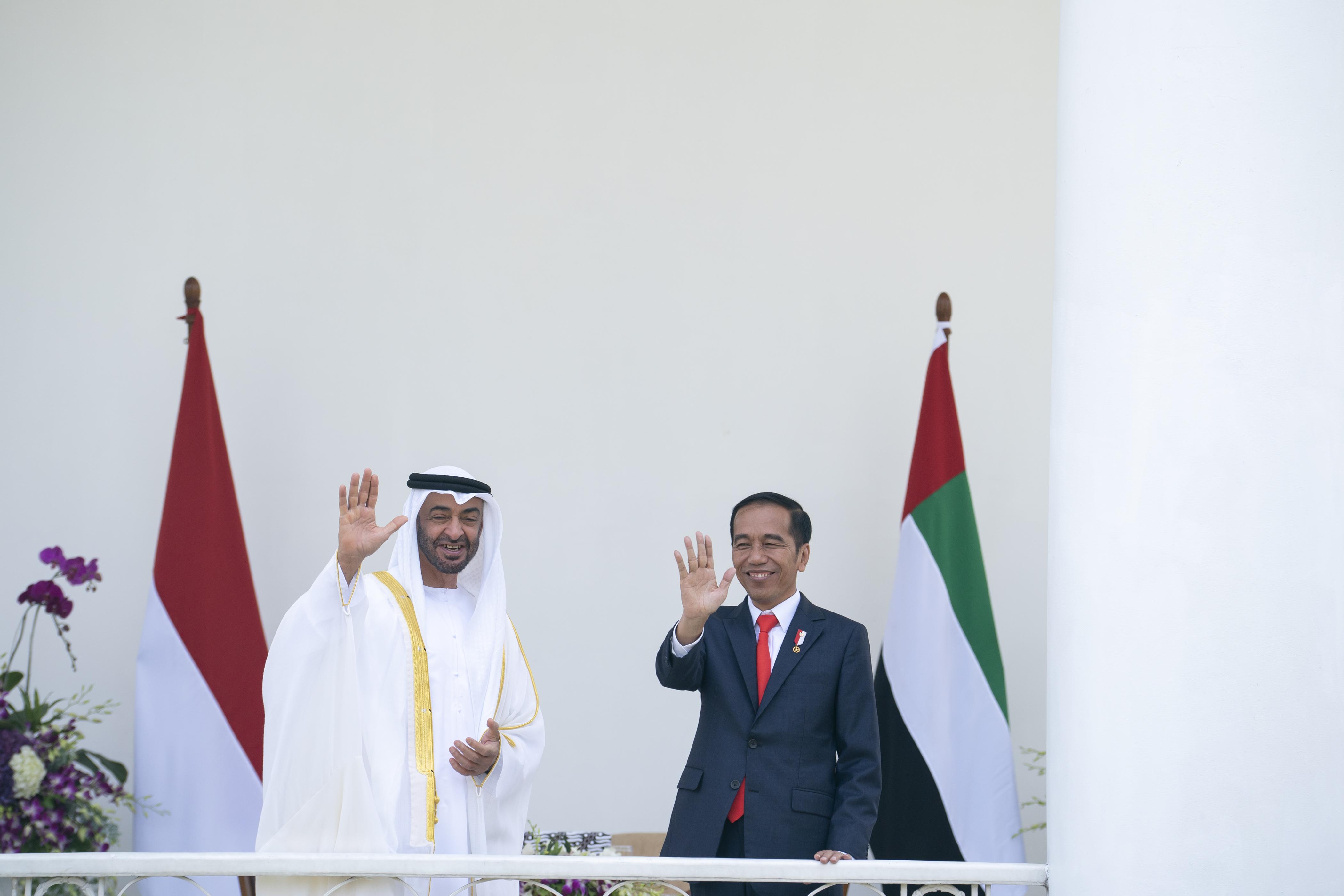 محمد بن زايد يصل جاكرتا ويعقد جلسة محادثات مع الرئيس الإندونيسي