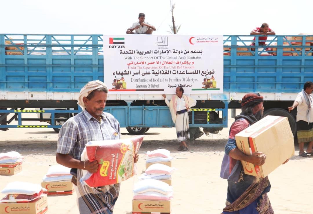 الإمارات تقدم 37 طنا من المساعدات الغذائية لأسر شهداء محافظة شبوة