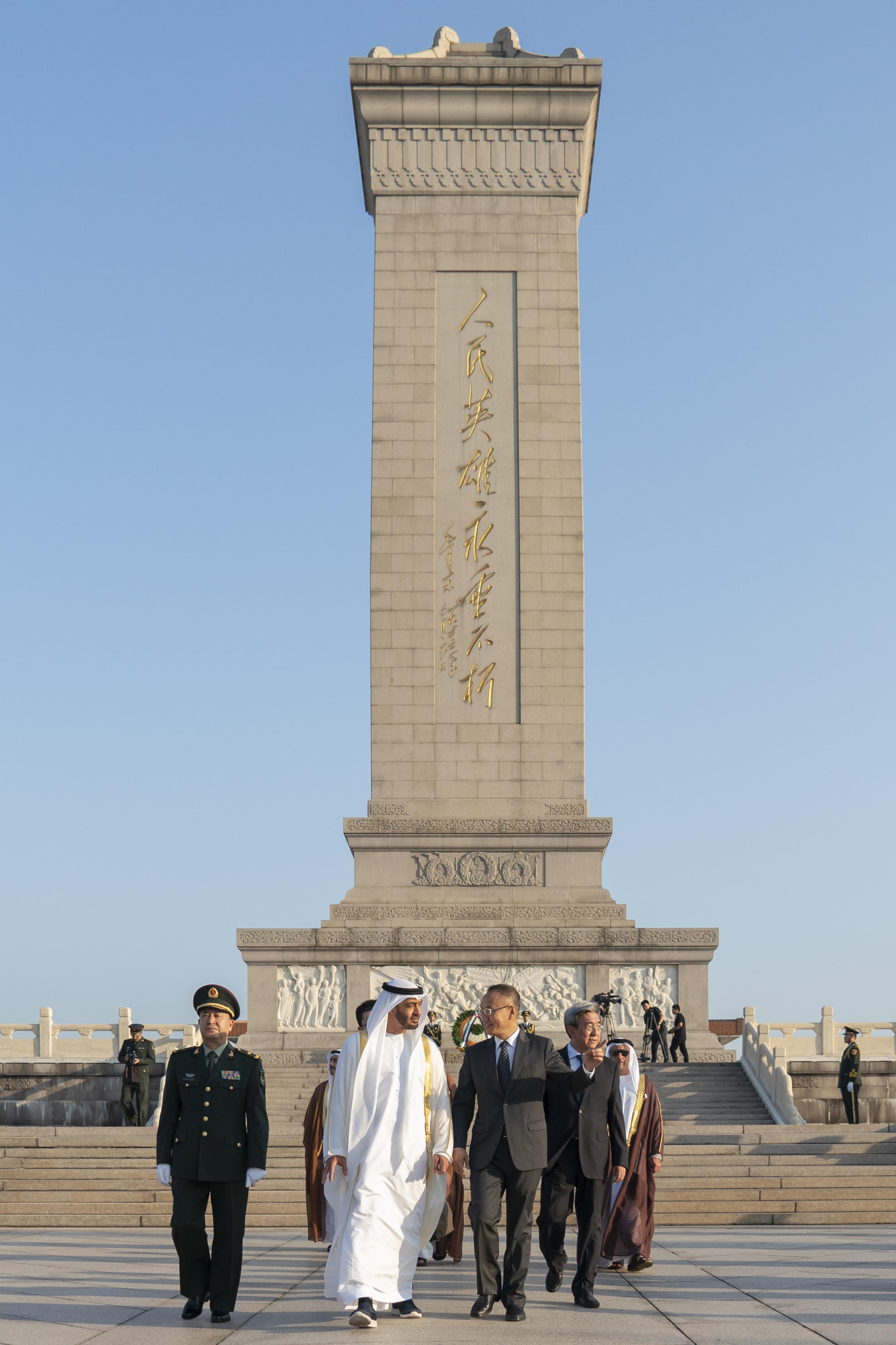 محمد بن زايد يزور النصب التذكاري في ساحة تيانانمن التاريخية