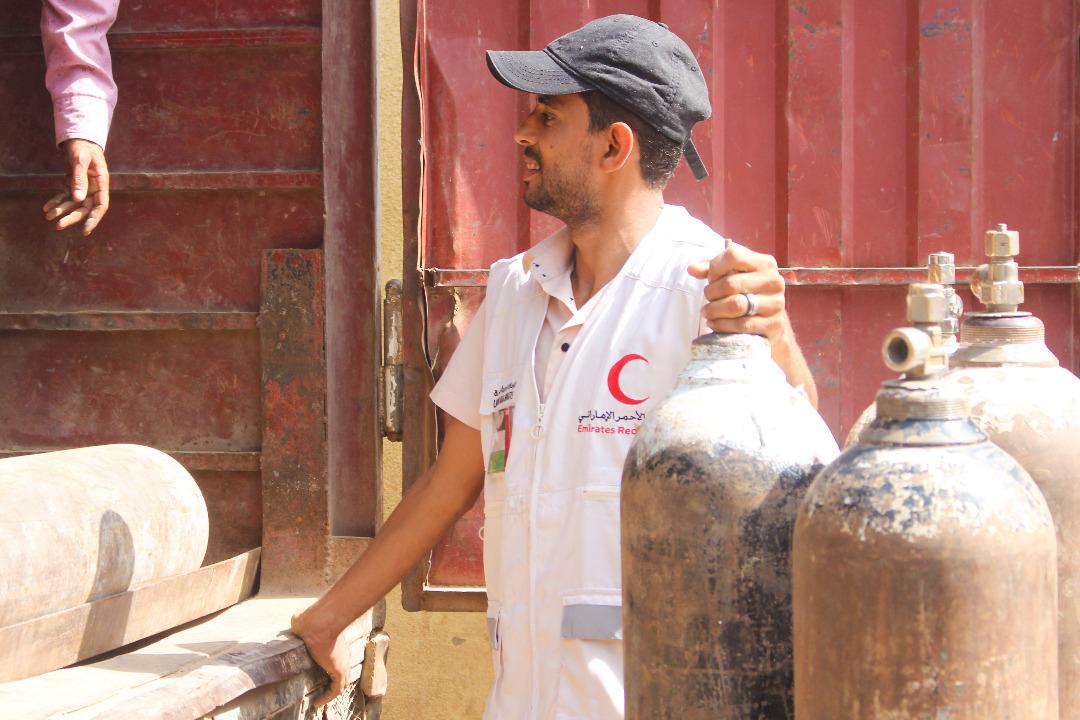 الإمارات تزود مستشفى يمني بـ 655 إسطوانة أوكسجين
