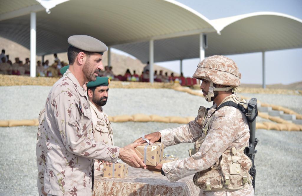 رئيس هيئة الادارة والقوى البشرية بالقوات المسلحة يشهد تخريج دورتي المستجدين في المنامة والعين