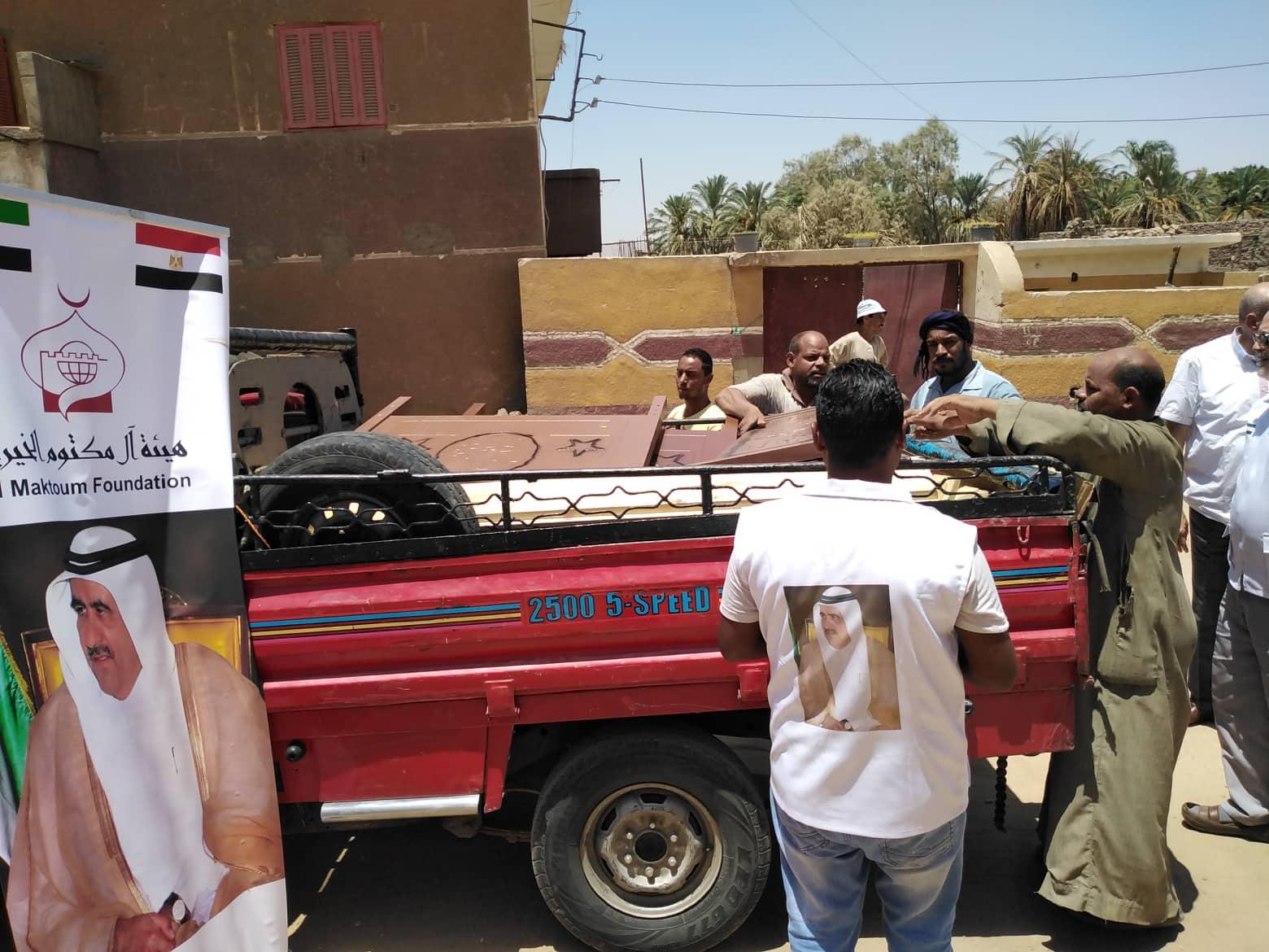 قافلة هيئة آل مكتوم الخيرية تغيث أهالي نجع الفتاتيح بالأقصرالمصرية