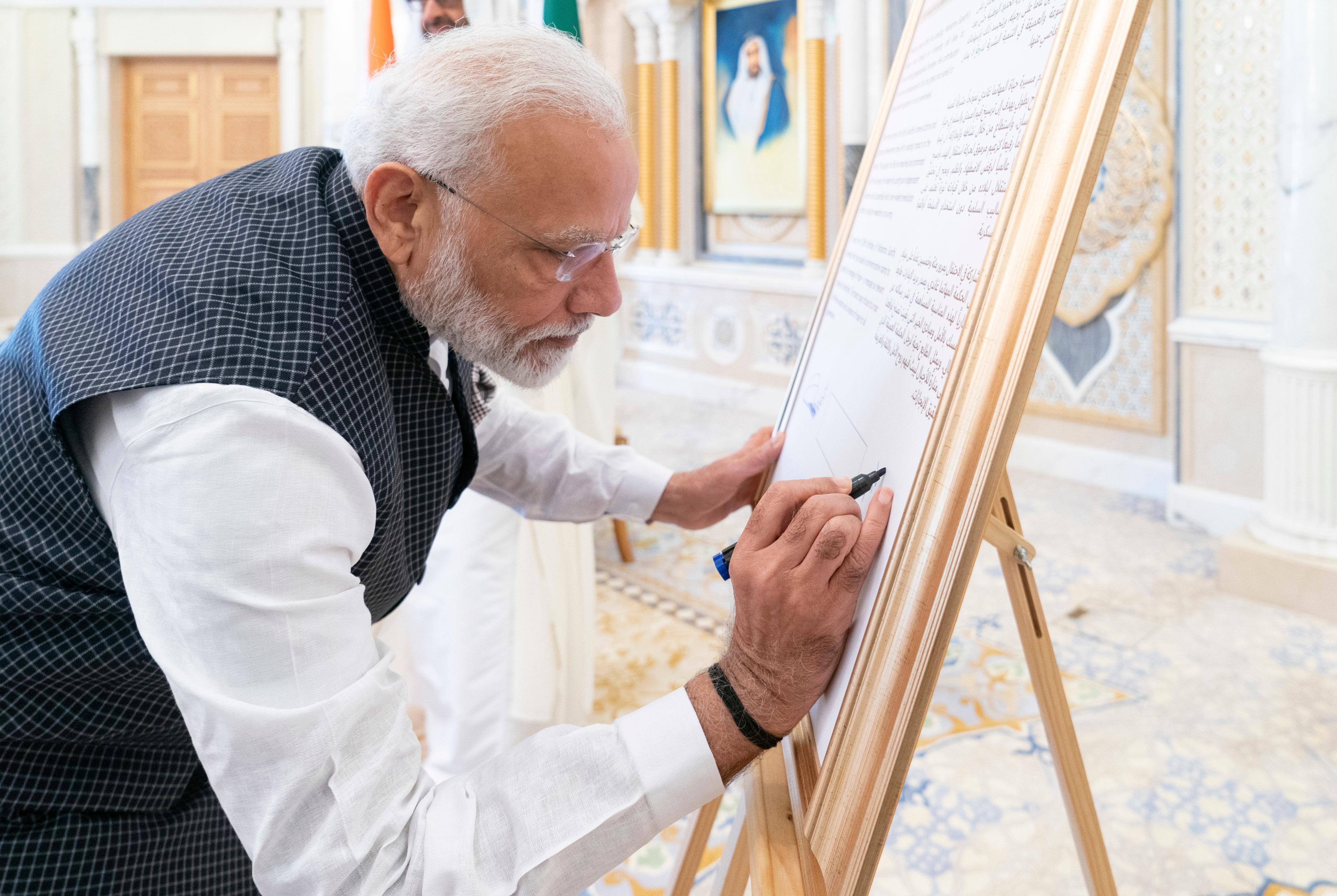 محمد بن زايد يقلد رئيس وزراء الهند