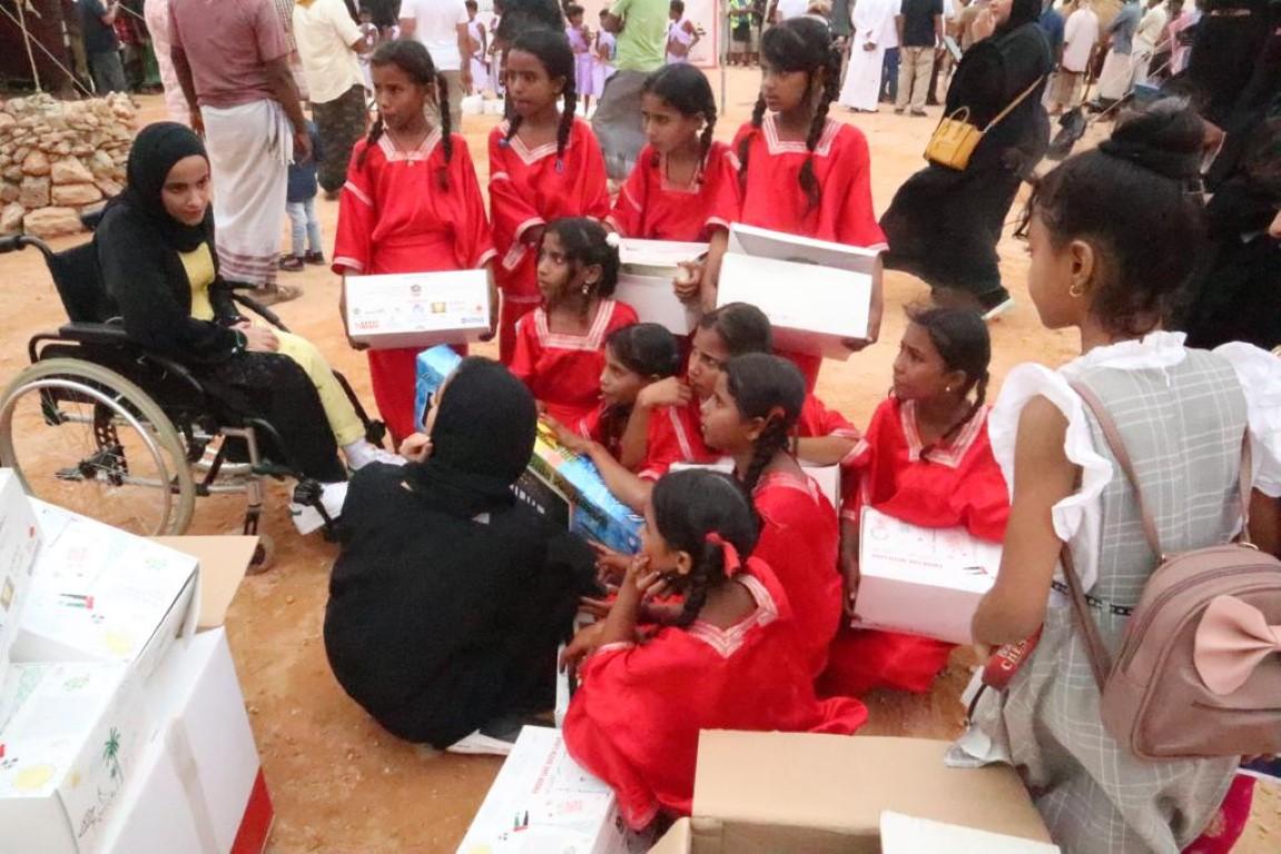 """11 طنا من الألعاب والقرطاسية يوزعها """"الأعلى للأمومة والطفولة"""" على أطفال سقطرى باليمن هدية من نظرائهم بالامارات"""