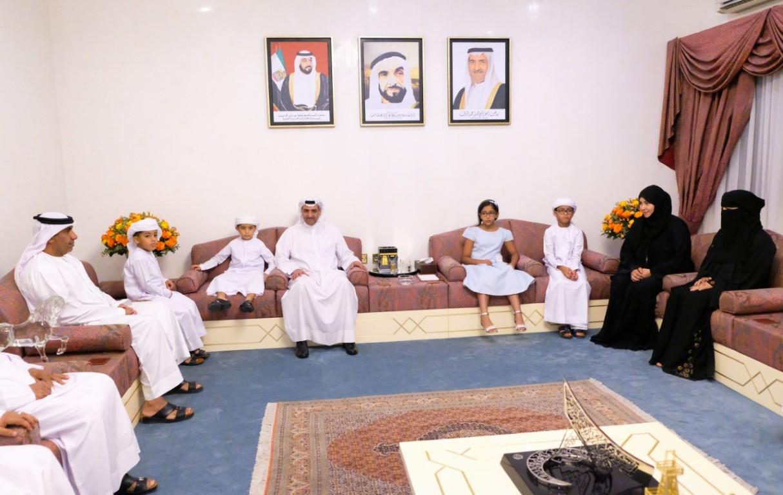 حاكم الفجيرة يستقبل أربعة أطفال أيتام مواطنين تحقيقا لأمنيتهم بمصافحته