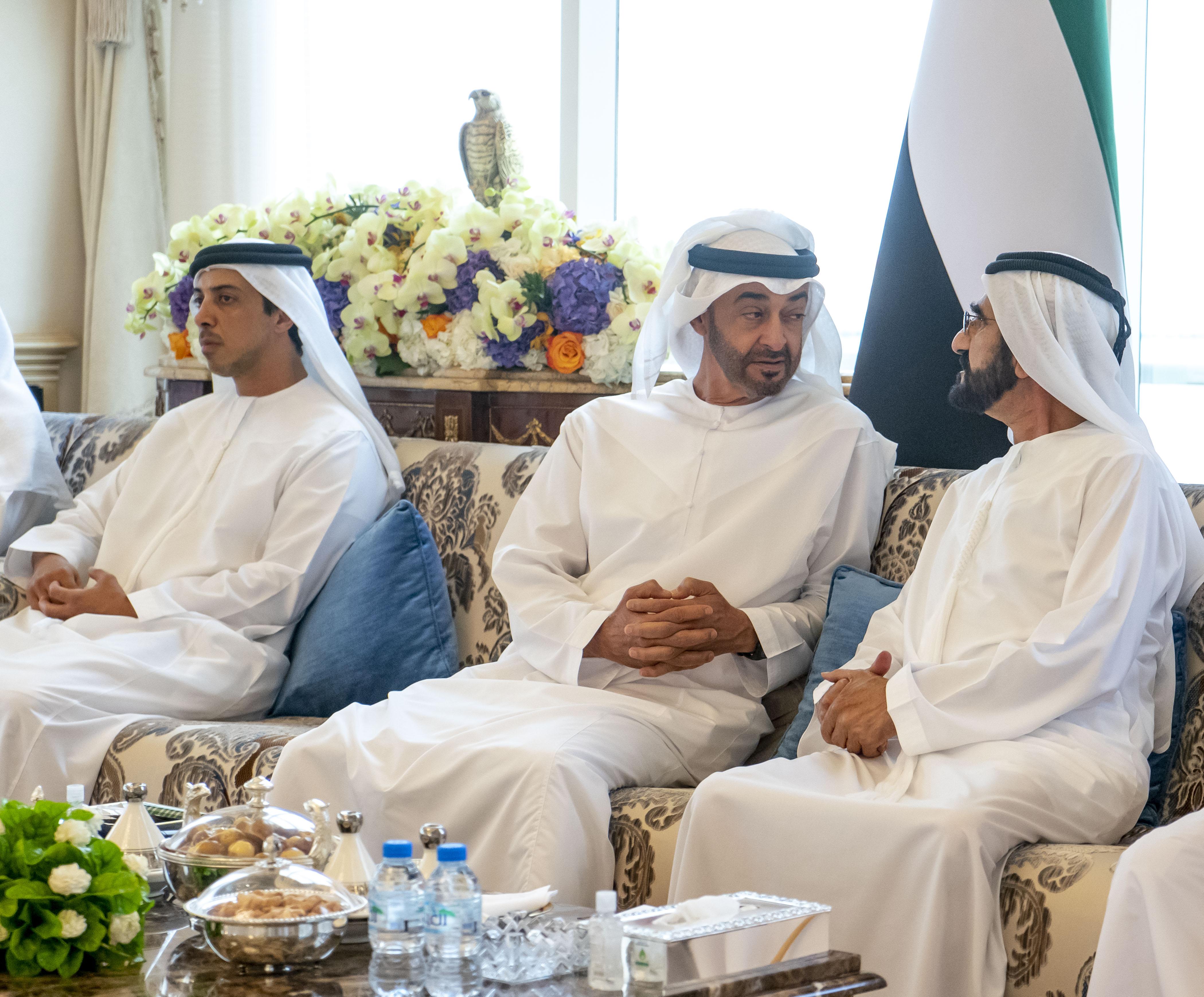 محمد بن راشد يلتقي أخاه محمد بن زايد و يتبادلان الأحاديث حول عدد من القضايا التي تهم الوطن والمواطن
