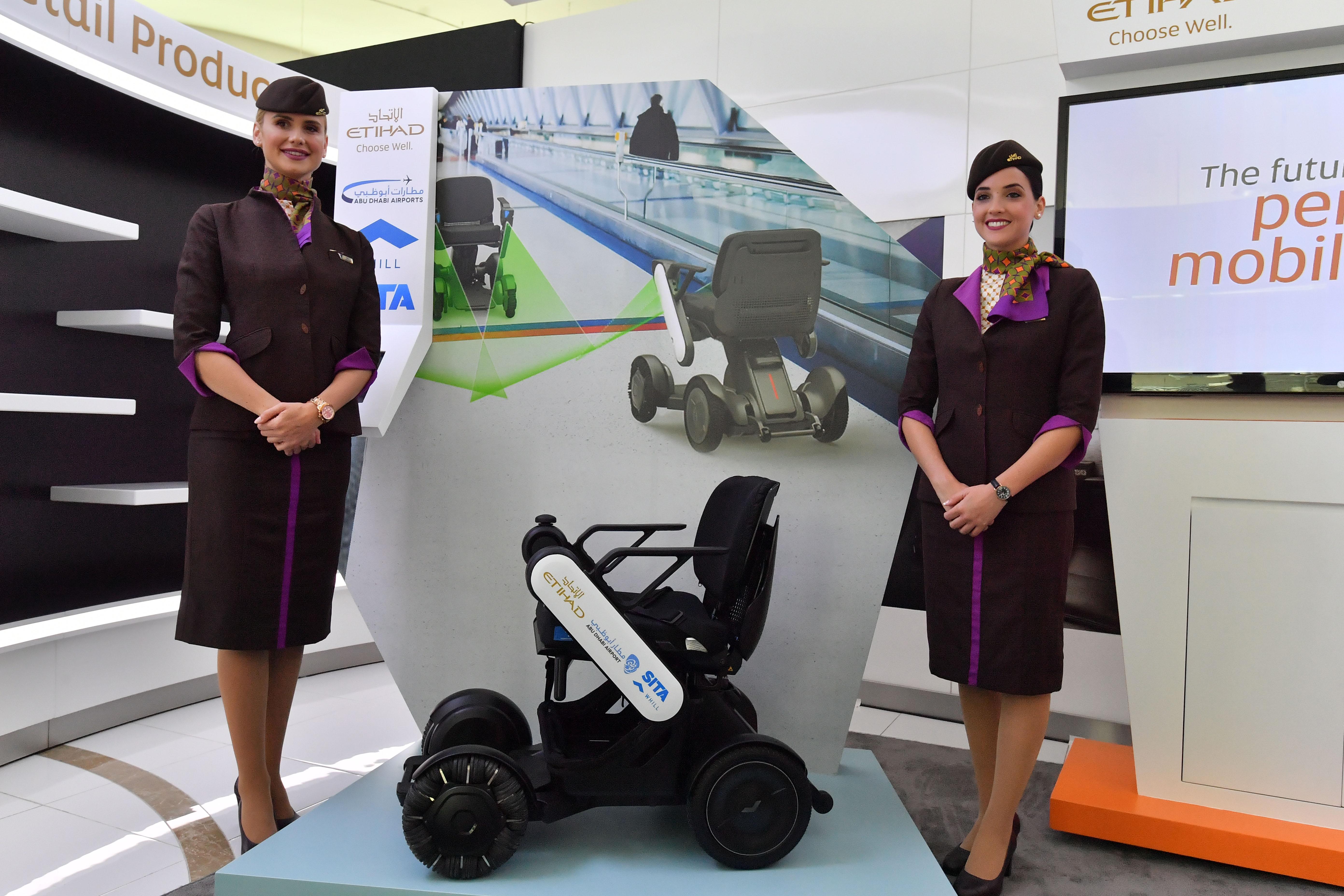 """""""مطارات أبوظبي"""" و""""الاتحاد"""" يطلقان المرحلة التجريبية من خدمة الكرسي المتحرك المستقل"""