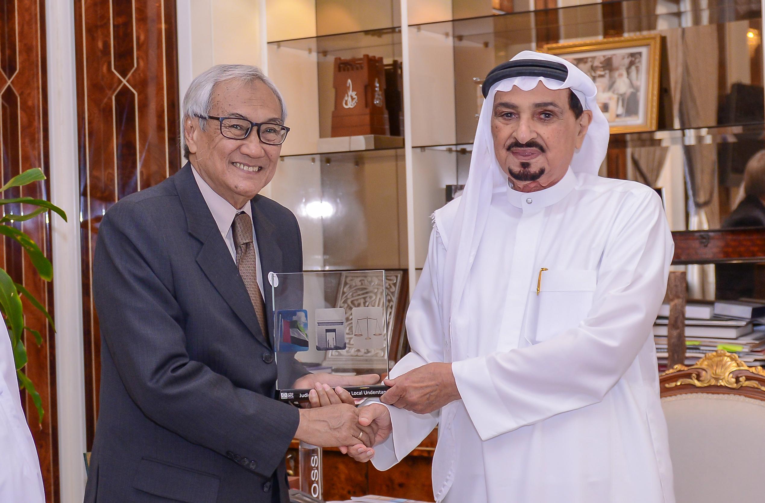 حاكم عجمان يطلع على نظام العمل واستراتيجية محاكم مركز دبي المالي العالمي