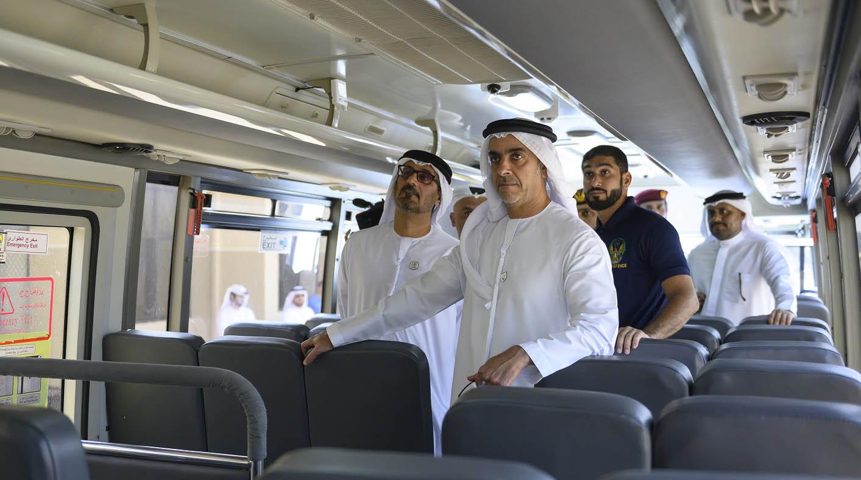 سيف بن زايد يطلع على مواصفات السلامة والوقاية في حافلات النقل المدرسية