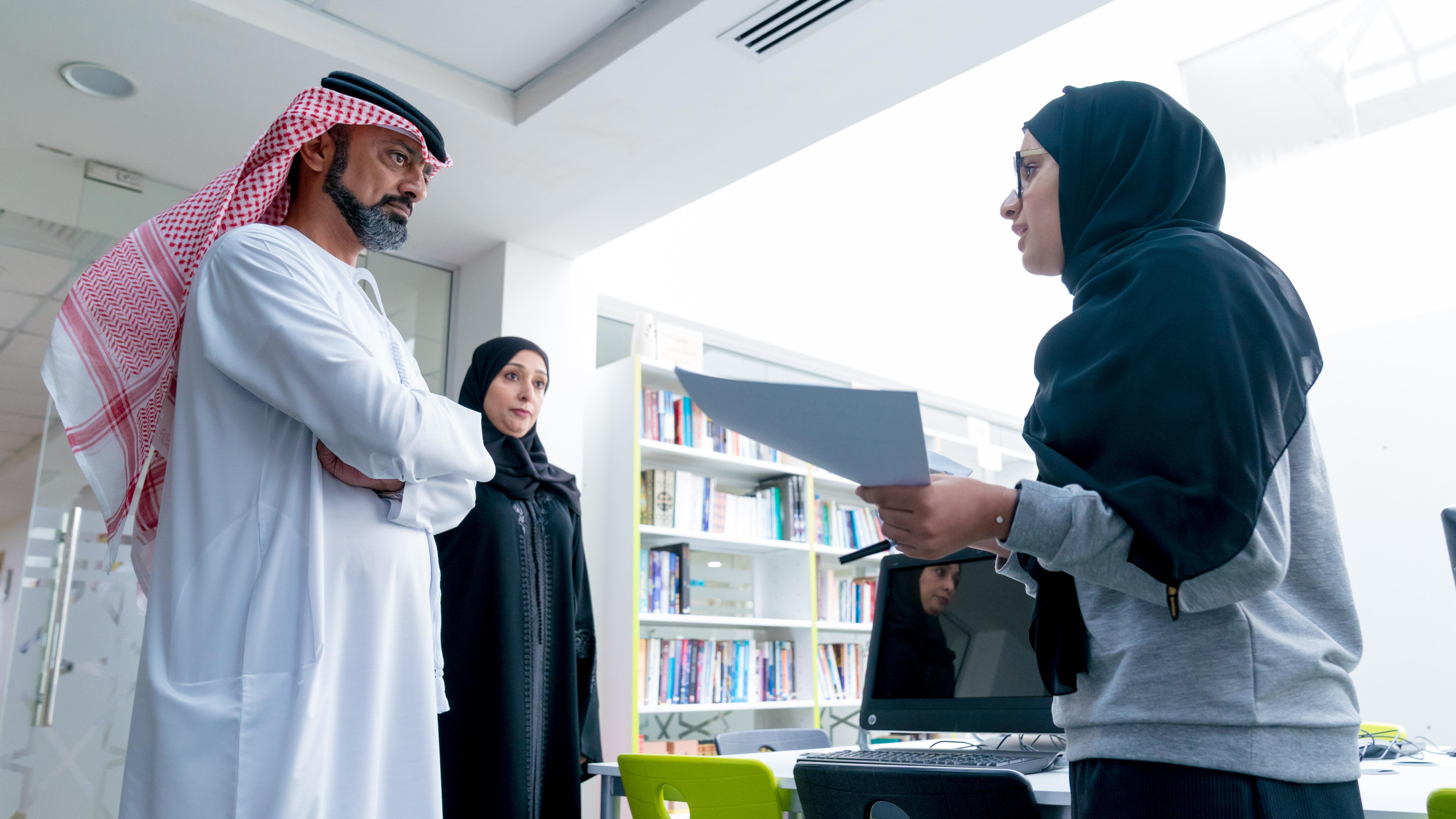 عمار النعيمي يتفقد مدرسة شيخة بنت سعيد للبنات.. ويوجه بتطبيق الأساليب التعليمية الحديثة
