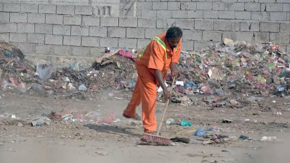 بدعم إماراتي..  بدء حملة نظافة واسعة في أبين حفاظا على الصحة العامة