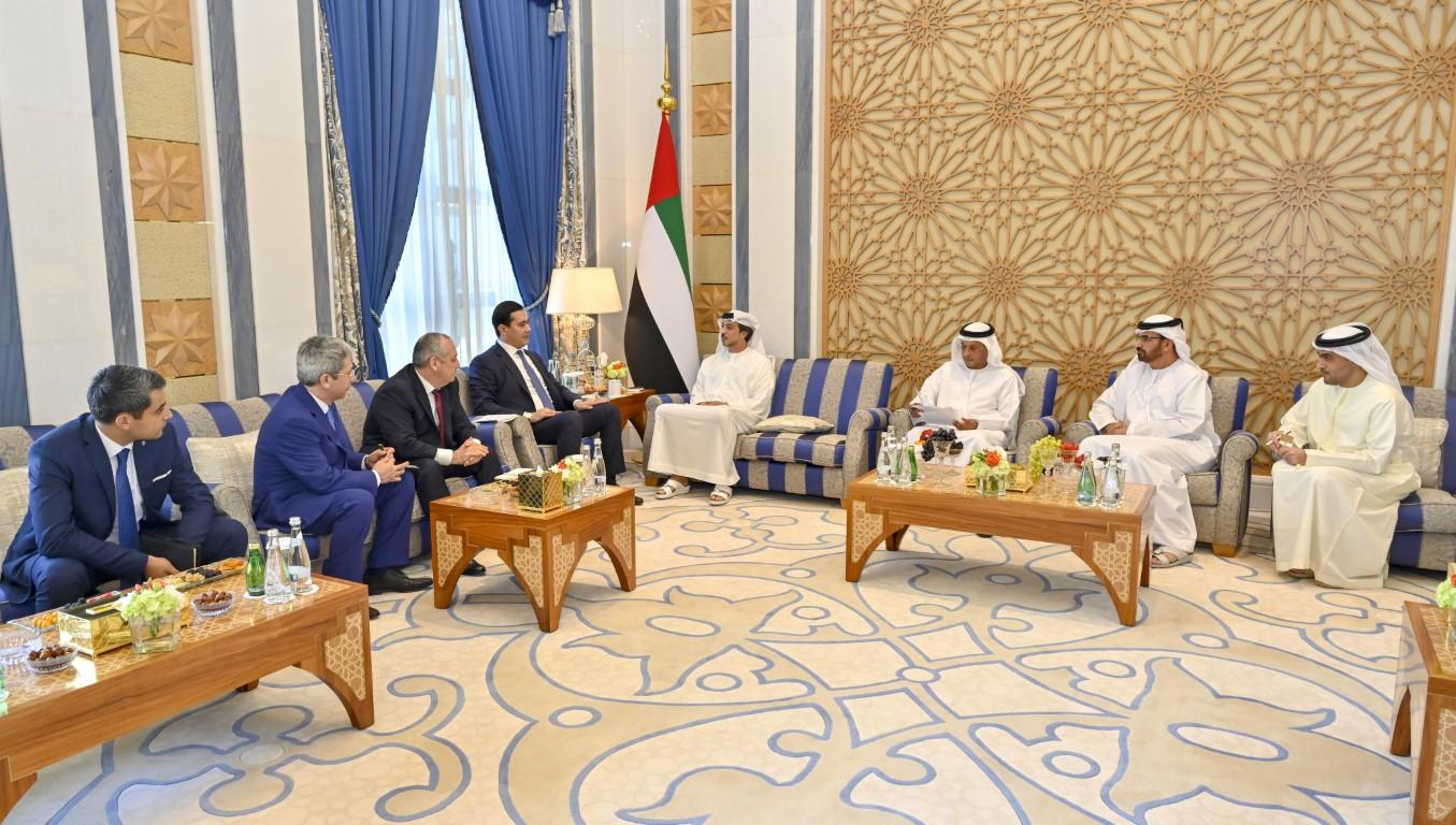 منصور بن زايد يستقبل وزير الاستثمار والتجارة الخارجية الأوزبكي