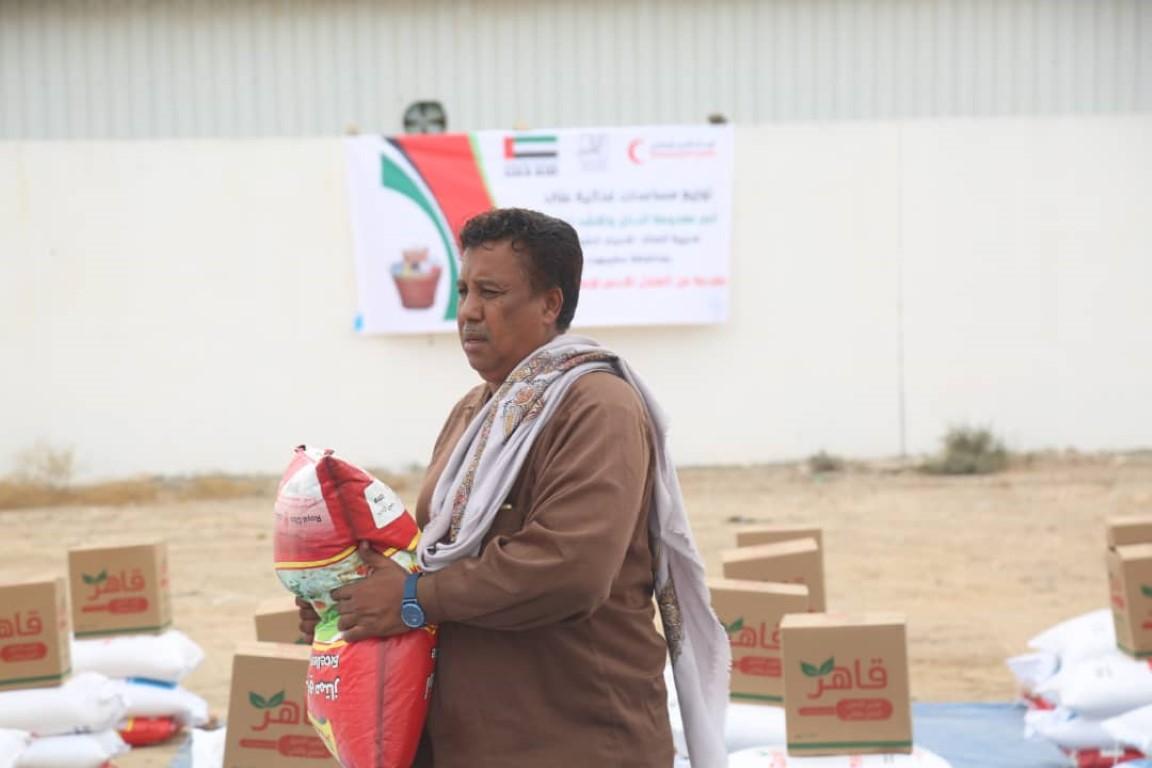 الإمارات تقدم 80 طنا من المساعدات الغذائية لأهالي شرق المكلا
