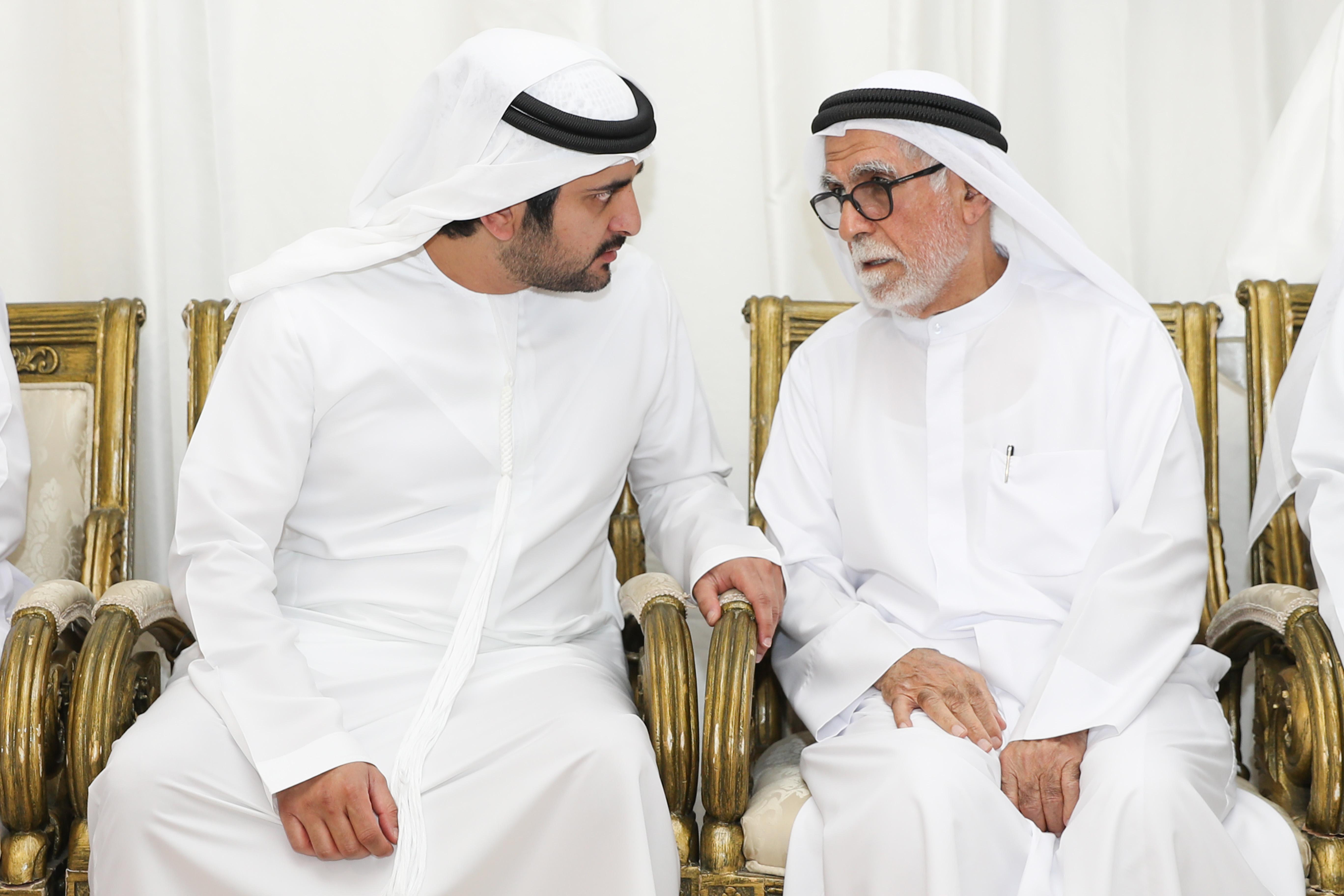 مكتوم بن محمد يقدم واجب العزاء لعائلة بالهول الفلاسي