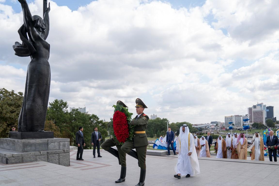 محمد بن زايد يزور النصب التذكاري للجندي المجهول في مينسك