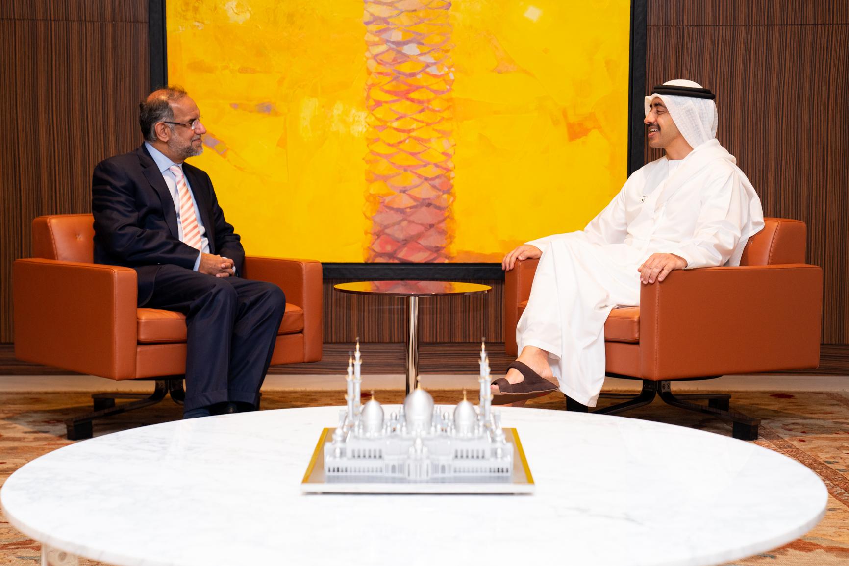 """رئيس الدولة يمنح سفير الهند """" وسام زايد الثاني """" من الطبقة الأولى"""