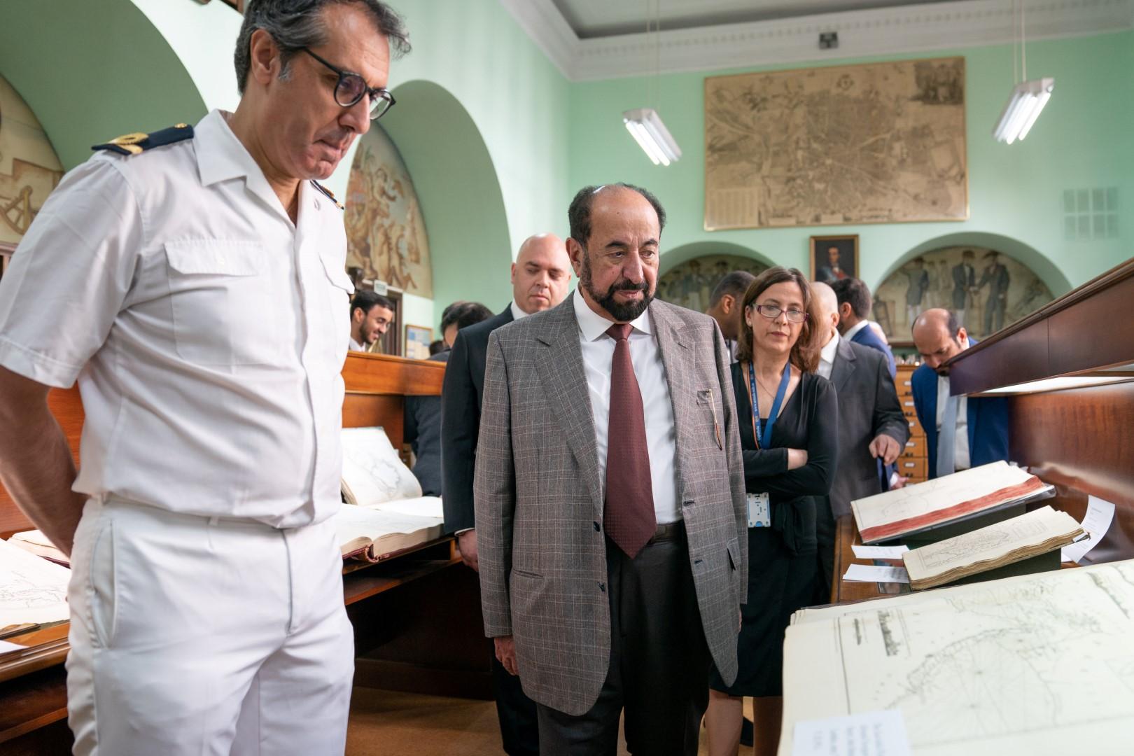 حاكم الشارقة يزور المتحف البحري في مدريد