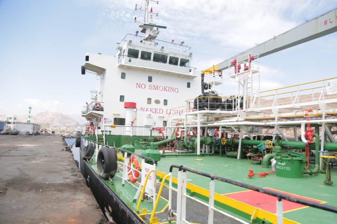 باخرة إماراتية تحمل مشتقات نفطية دعما لكهرباء حضرموت ترسو بميناء المكلا