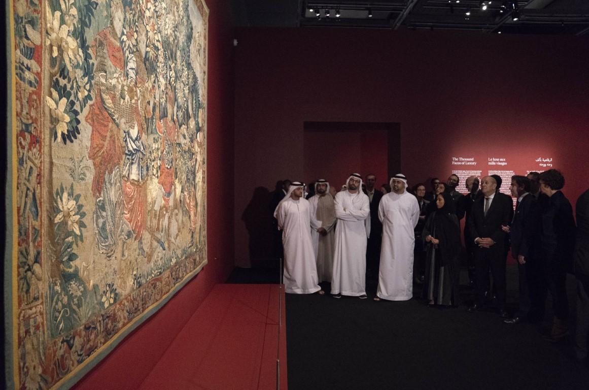 """ذياب بن محمد بن زايد يفتتح معرض """"10 آلاف عام من الرفاهية"""" في اللوفر أبوظبي"""