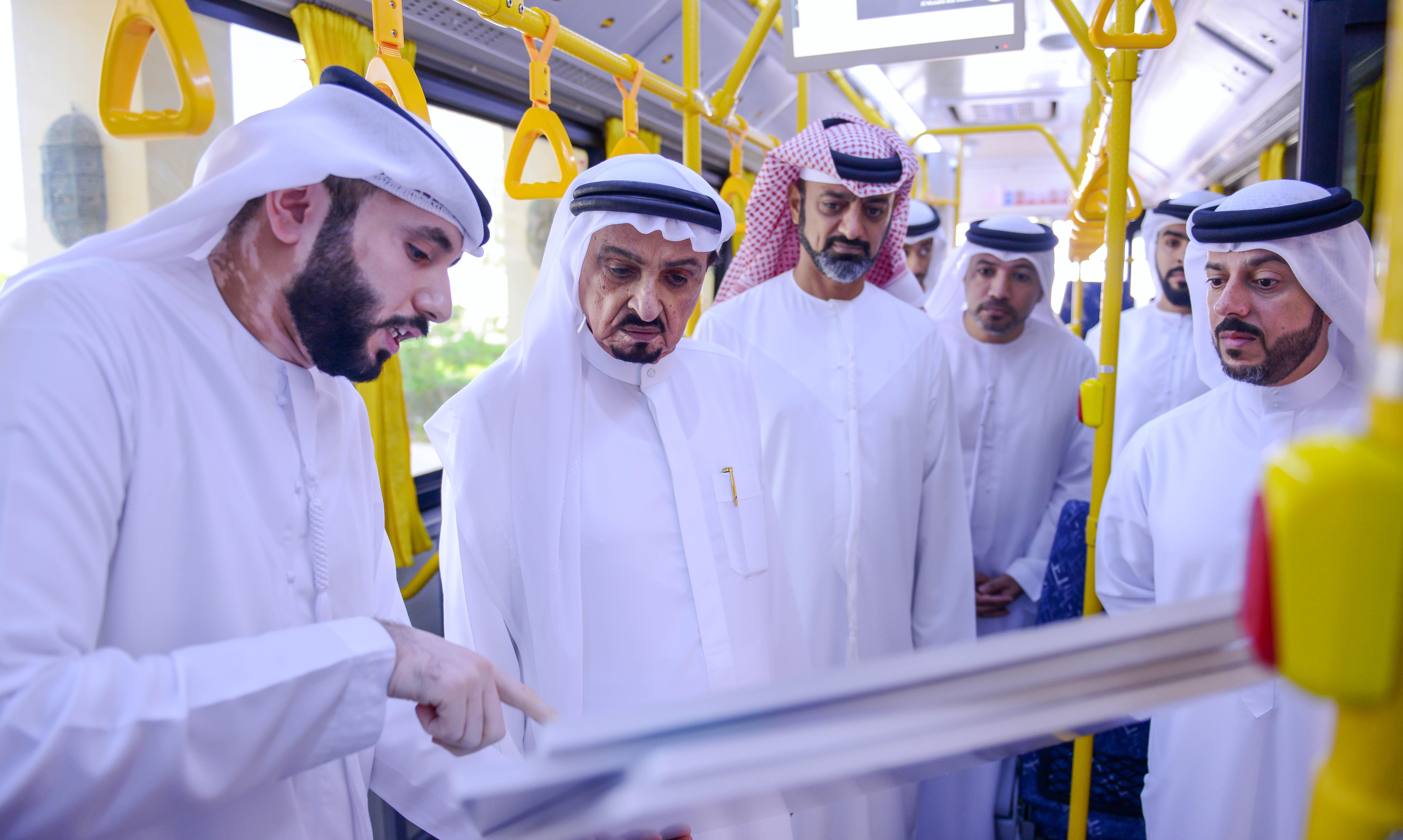 """حميد النعيمي يتفقد حافلة جديدة من أسطول """"مؤسسة عجمان للمواصلات"""""""