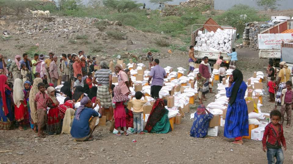 مساعدات إغاثية إماراتية لعشرات الأسر جنوب الحديدة وتعز