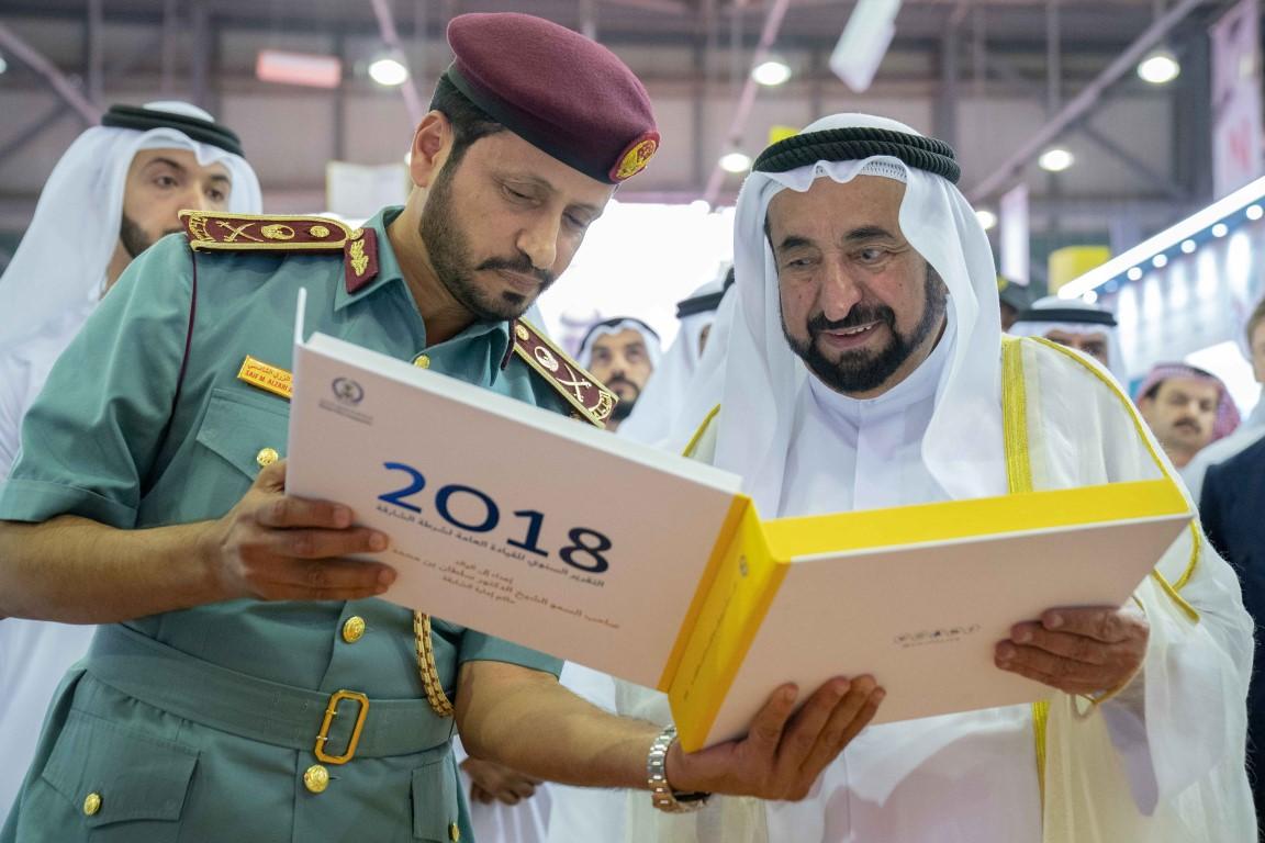 """سلطان القاسمي يتفقد الأجنحة والدور المشاركة في """"الشارقة للكتاب"""""""