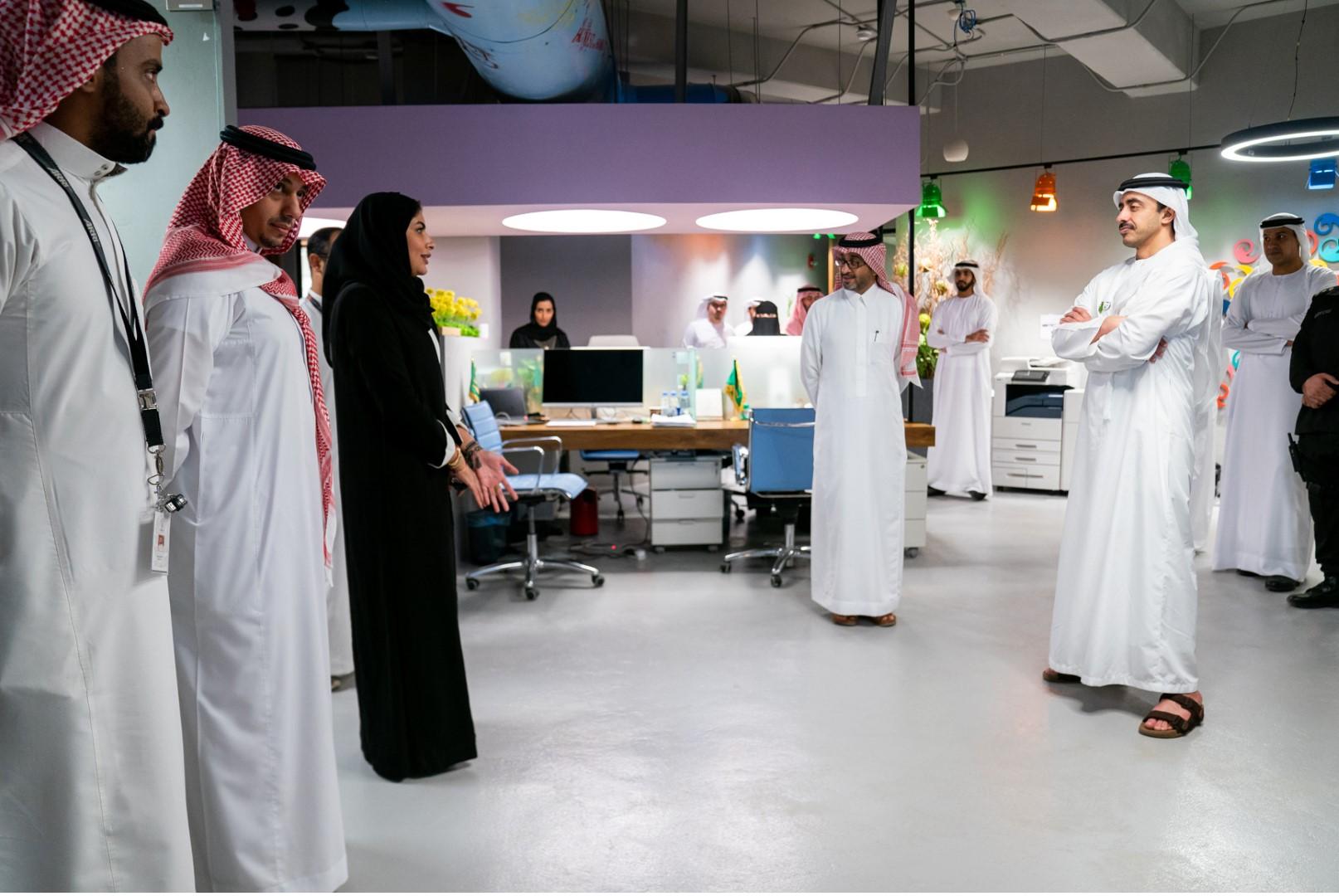 عبدالله بن زايد يزور مؤسسة