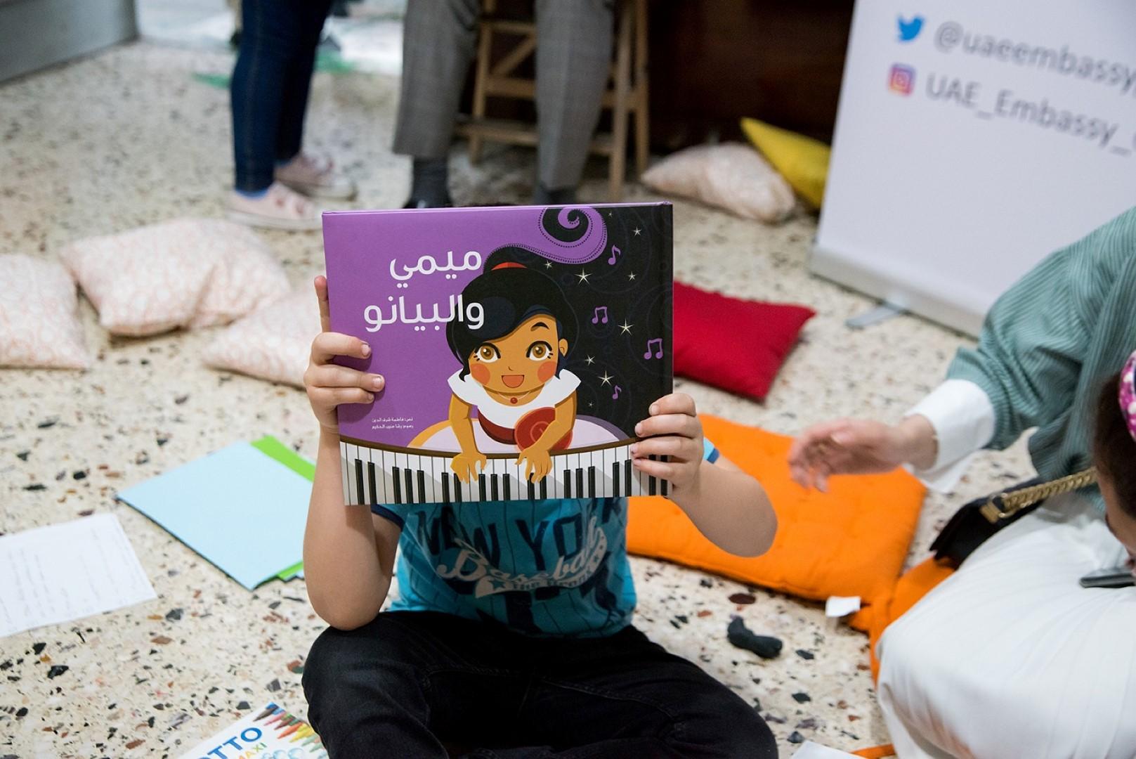 """""""كلمات لتمكين الاطفال"""" تقدم 600 كتاب باللغة العربية لـ6 منظمات إنسانية في اليونان"""