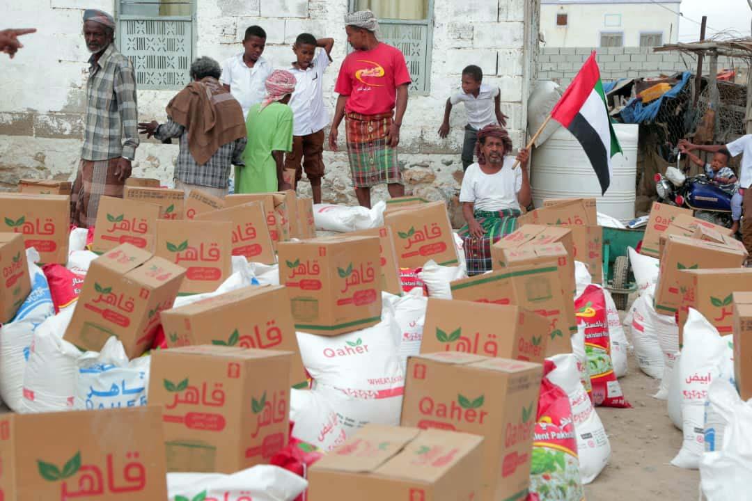 الإمارات تقدم 177 طنا من المساعدات الغذائية لأهالي مديرية أرياف المكلا وضواحيها