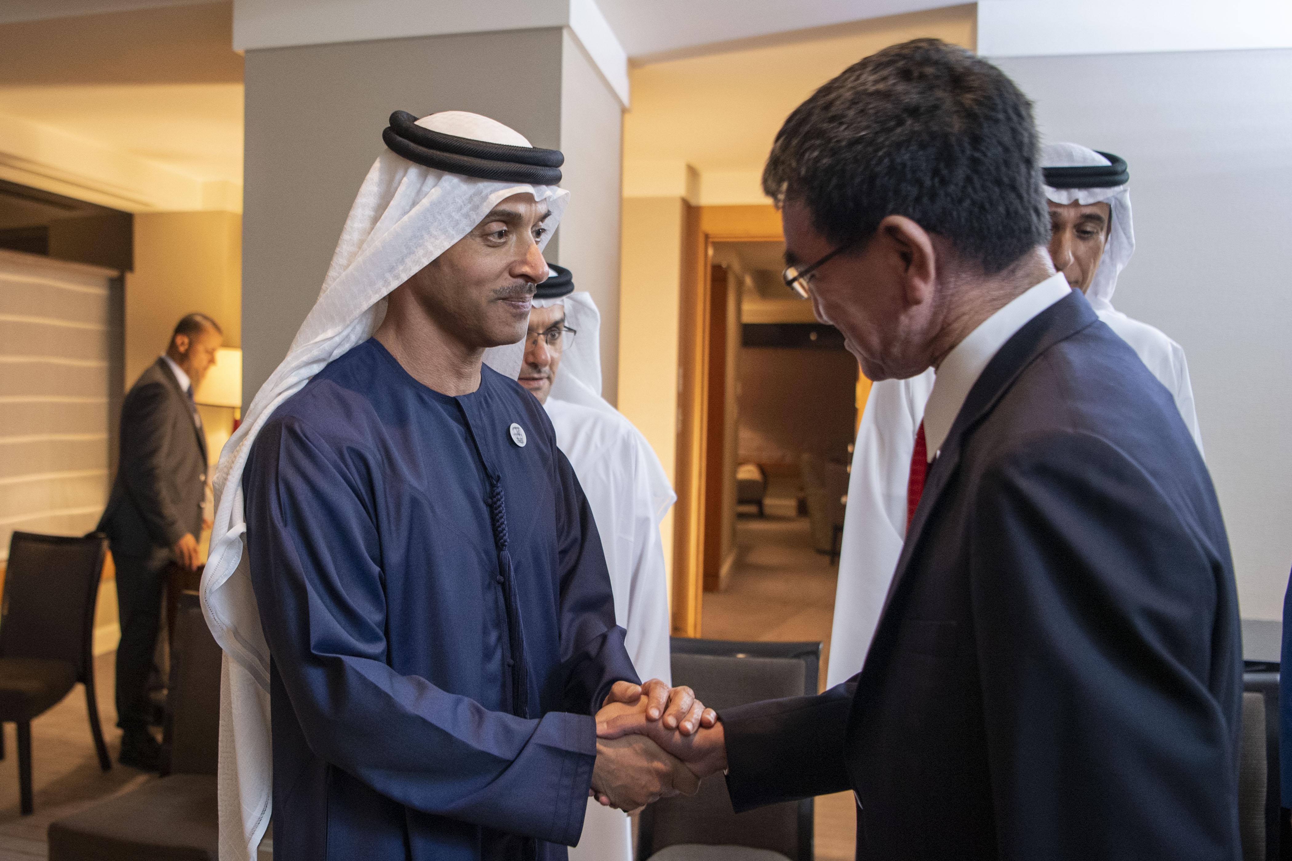 هزاع بن زايد يلتقي وزير الدفاع الياباني