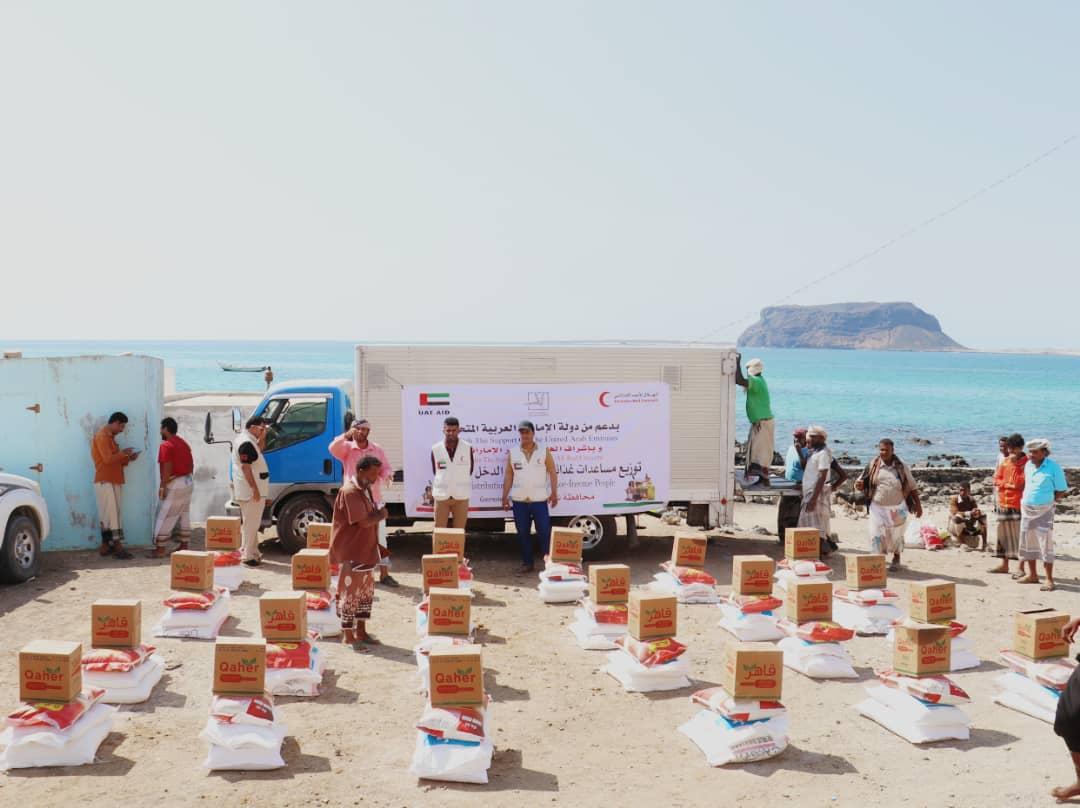الإمارات تقدم 12 طنا من المساعدات الغذائية لأهالي بئر علي في شبوة