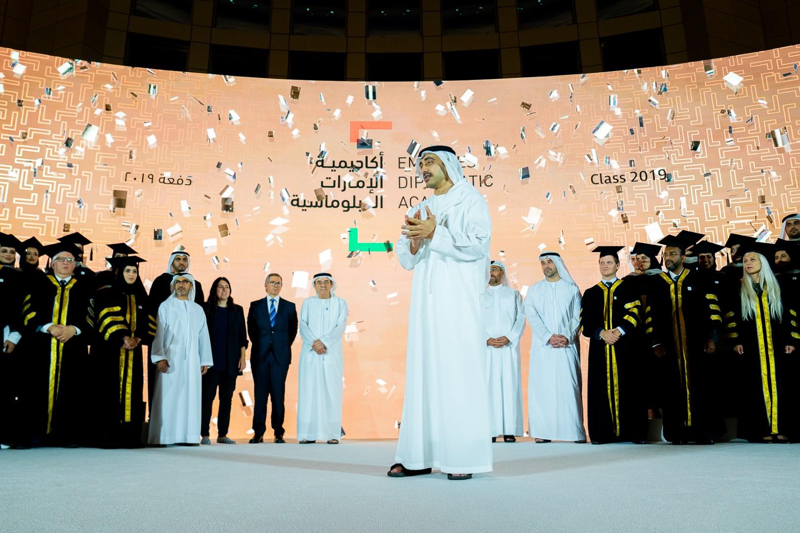 عبدالله بن زايد يشهد حفل تخريج طلبة أكاديمية الإمارات الدبلوماسية