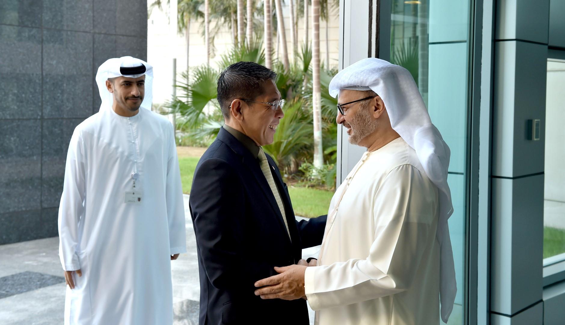 قرقاش يلتقي كبير وزراء الدولة لشؤون الدفاع و الخارجية في سنغافورة