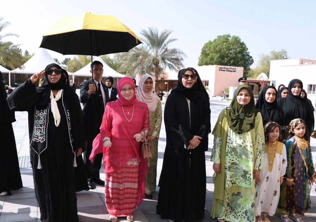 ملكة ماليزيا تشيد بجهود أم الامارات في الارتقاء بالمرأة الاماراتية