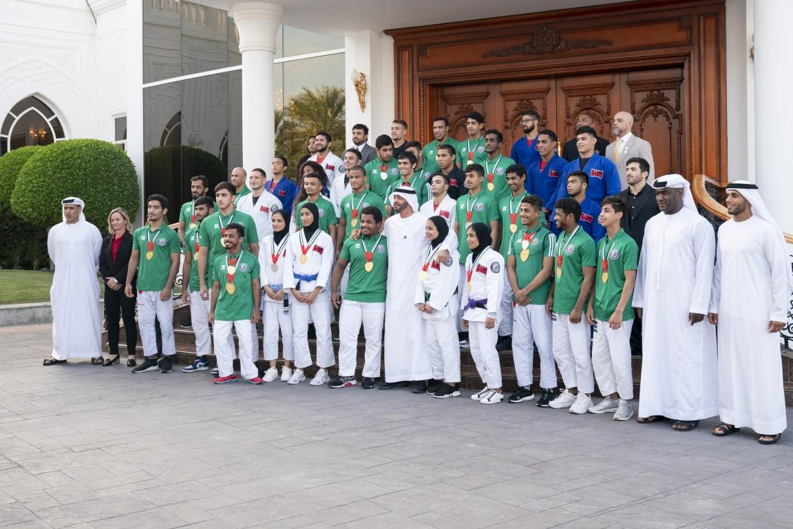 محمد بن زايد يستقبل أبطال المنتخب الوطني للجوجيتسو الفائز ببطولة العالم