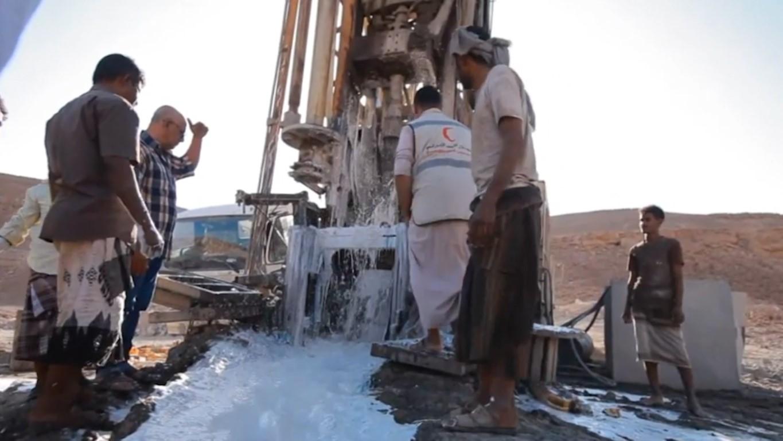 """بتوجيهات محمد بن زايد .. """" الهلال الأحمر"""" تعزز مبادراتها لمحاربة العطش وتوفير مصادر المياه في اليمن"""
