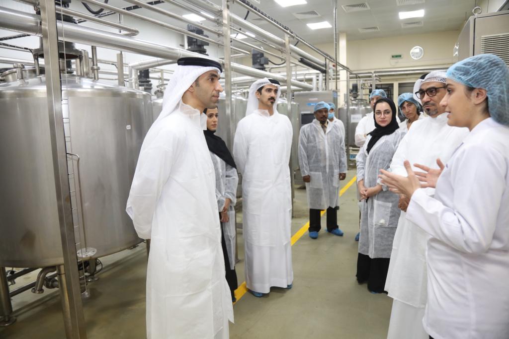 الزيودي يطلع على خطط الإنتاج والتوسعات المستقبلية لمصنع الإمارات لإنتاج حليب الإبل