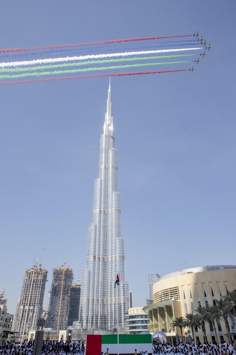 """محمد بن راشد يرفع علم الإمارات في ساحة """" برج خليفة """""""