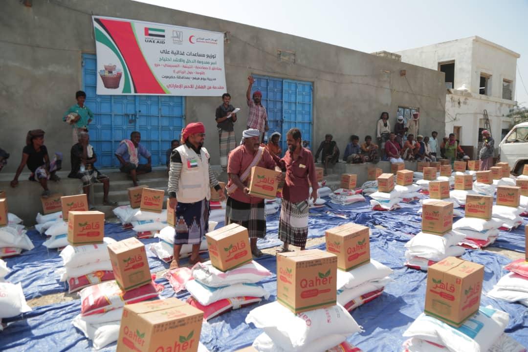 """الإمارات تسير قافلة مساعدات غذائية لأهالي مديرية """"بروم ميفع"""" في حضرموت"""