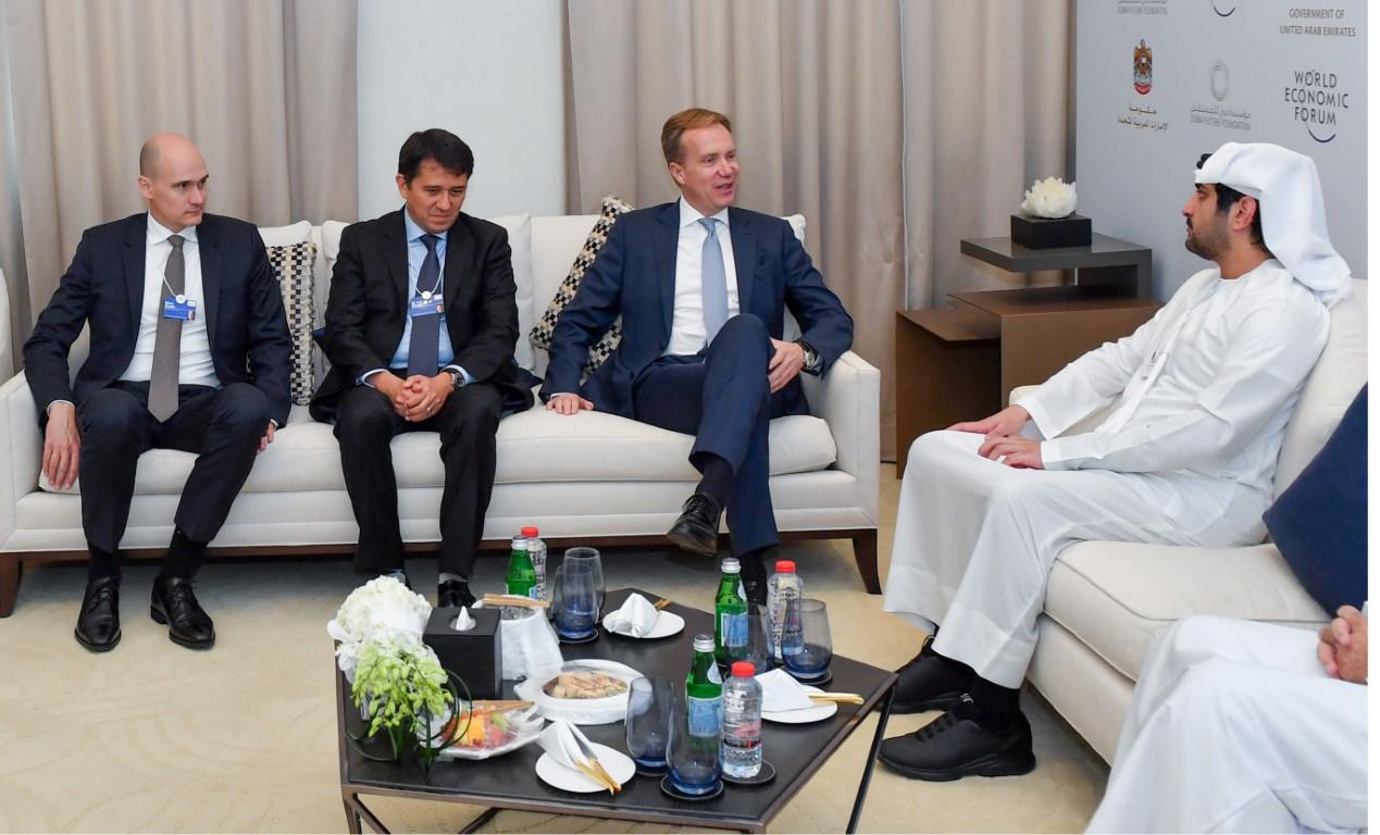 مكتوم بن محمد يبحث تعزيز التعاون مع رئيس المنتدى الاقتصادي العالمي