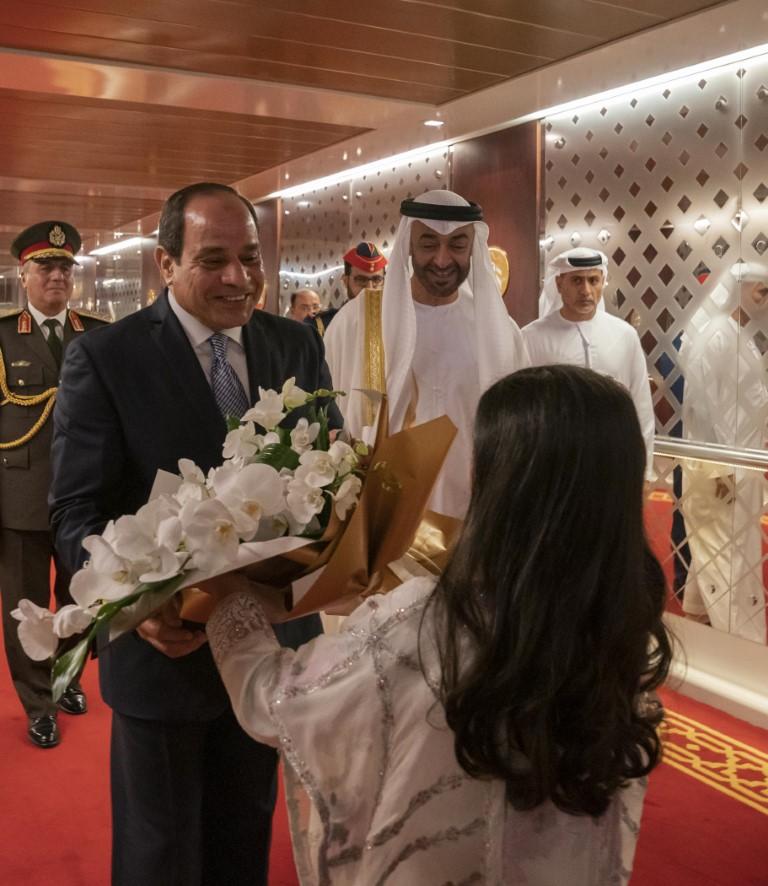 الرئيس المصري يصل البلاد ومحمد بن زايد في مقدمة مستقبليه