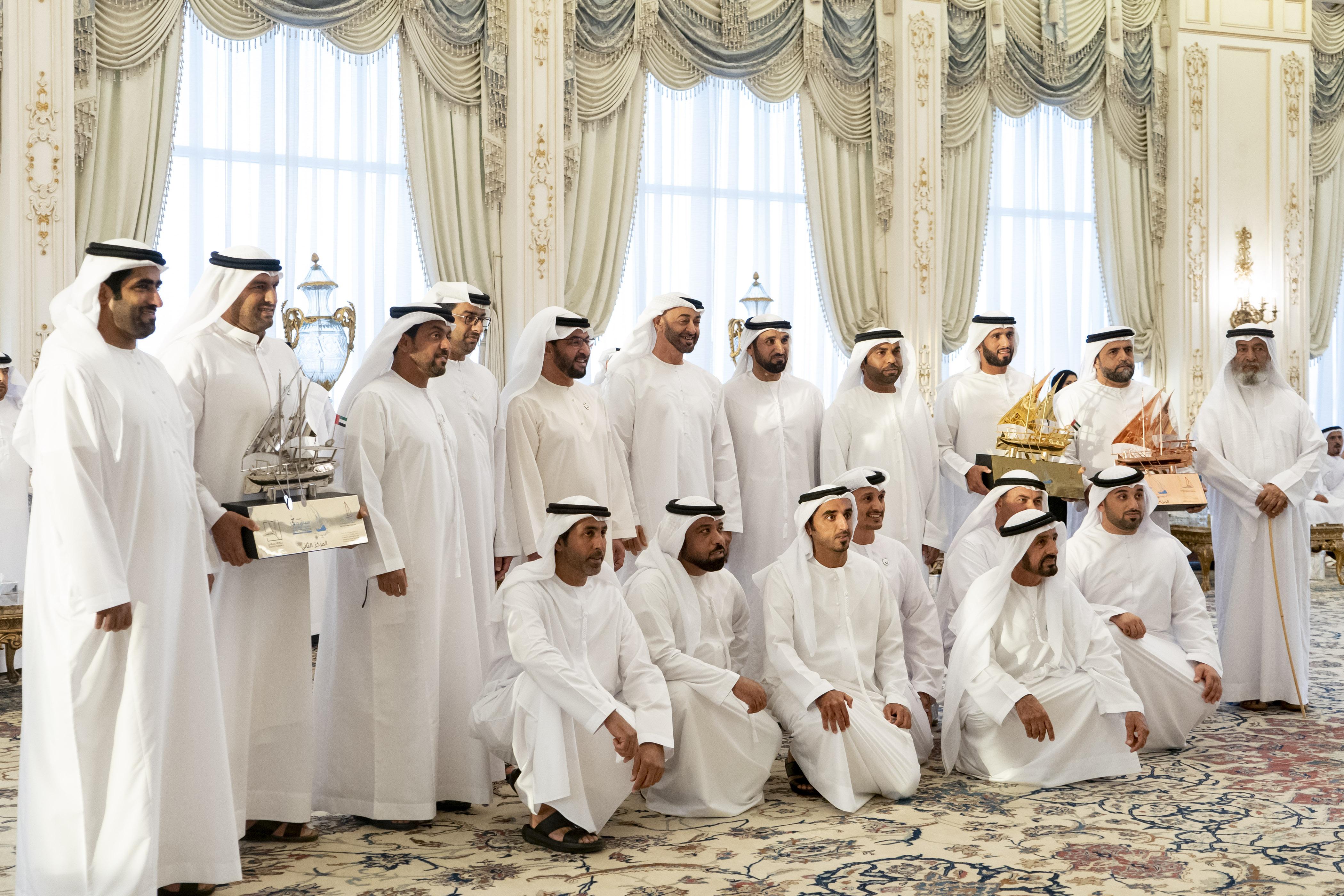 محمد بن زايد يستقبل اللجنة المنظمة والفائزين في سباق دلما الثالث للمحامل الشراعية فئة 60 قدما