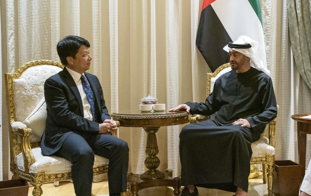 محمد بن زايد يستقبل رئيس مجلس الإدارة الدوري لشركة هواوي الصينية