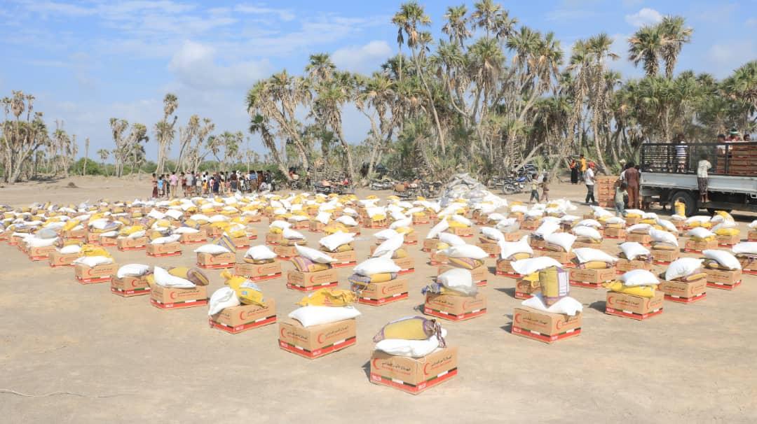 قافلة مساعدات غذائية إماراتية لأهالي منطقة الجاح في الحديدة