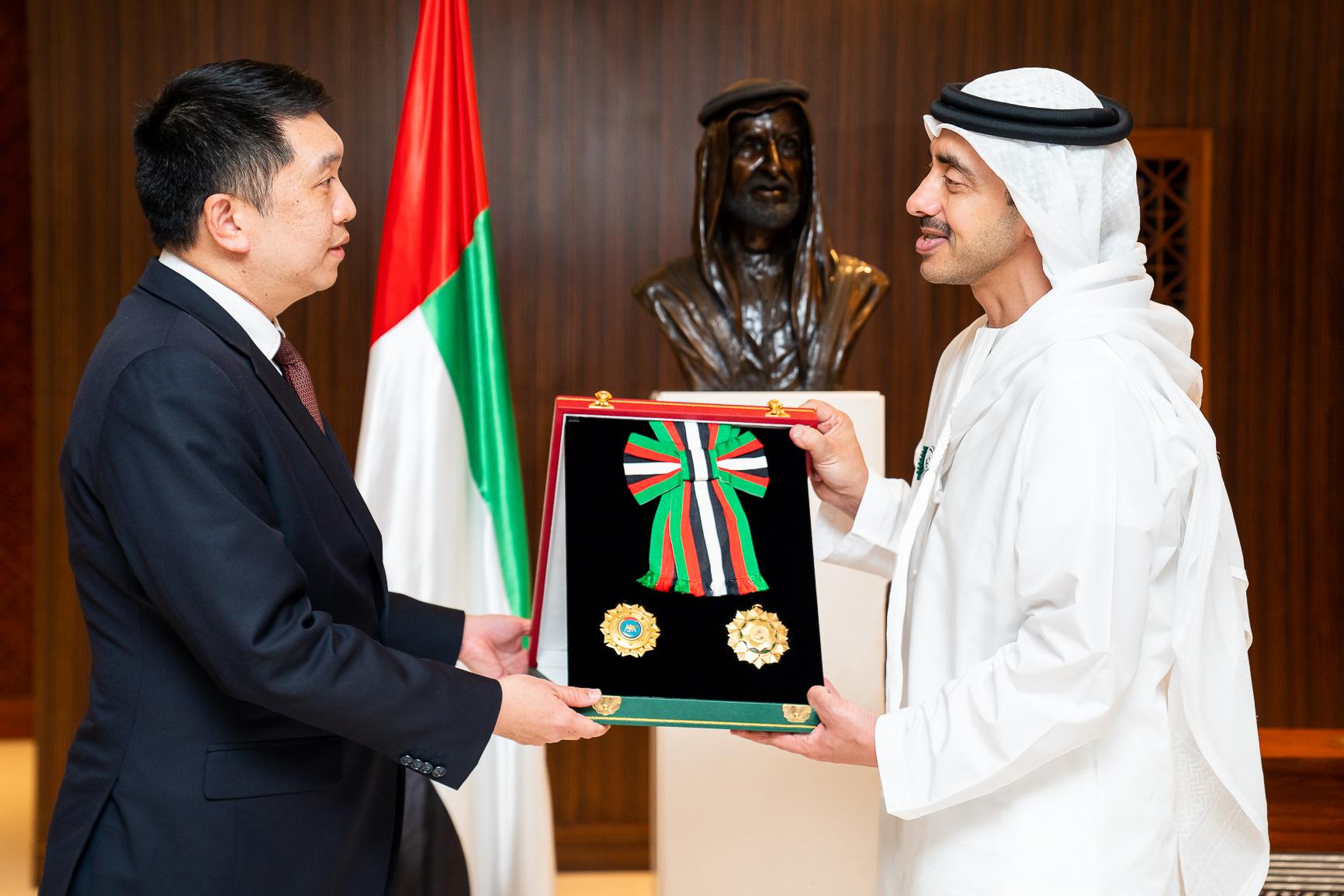 رئيس الدولة يمنح سفير سنغافورة وسام الاستقلال من الطبقة الأولى
