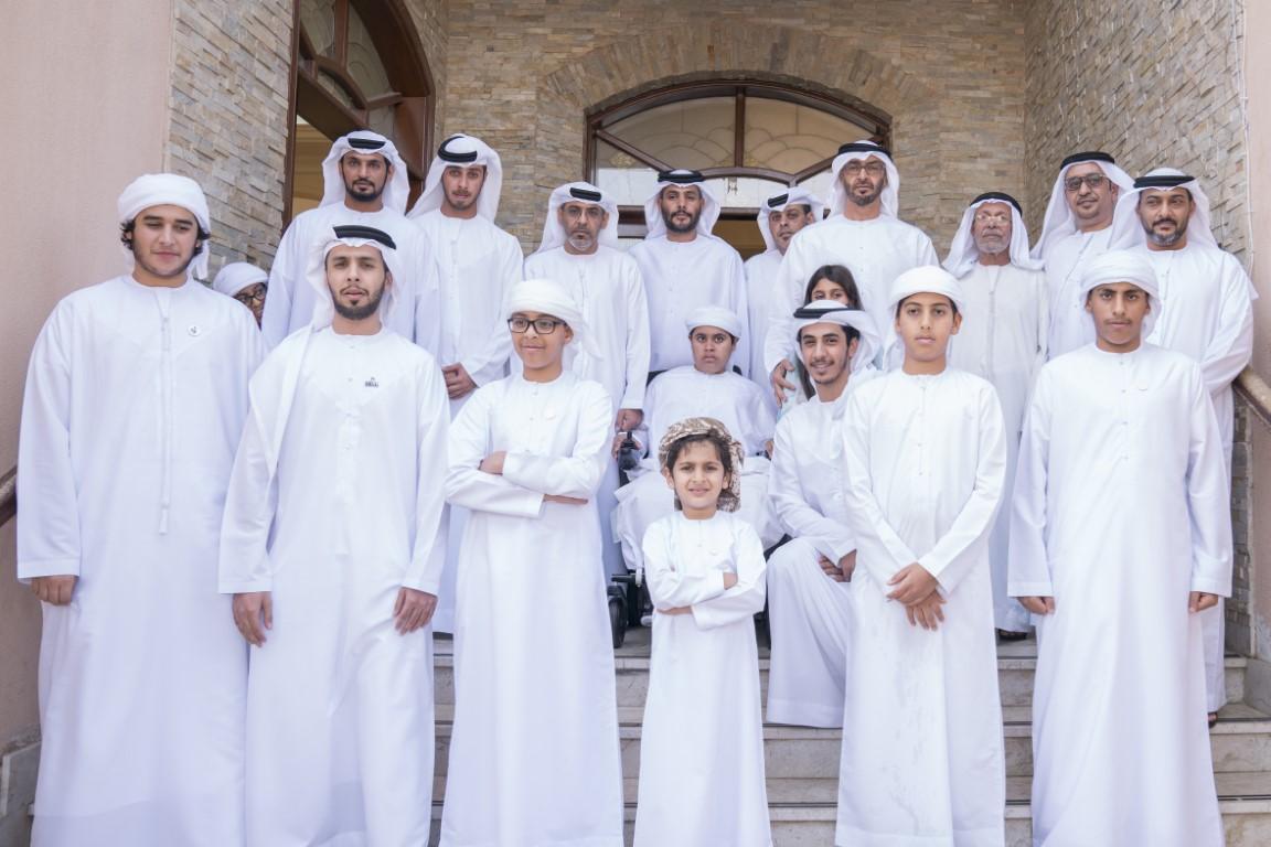 محمد بن زايد يزور عائلة الطفلة عائشة محمد المزروعي