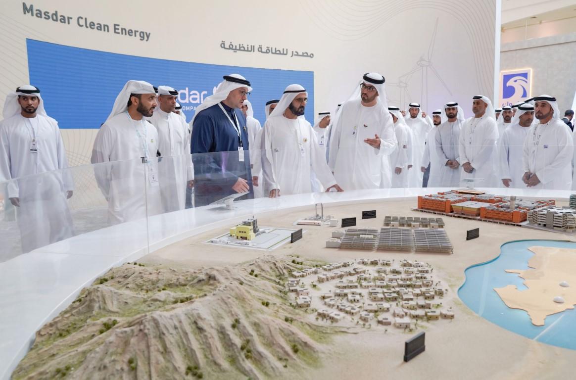 """محمد بن راشد يزور معرض القمة العالمية لطاقة المستقبل ويطلع على المشاريع العملاقة في القاعة الرئيسية لـ""""أدنيك"""""""