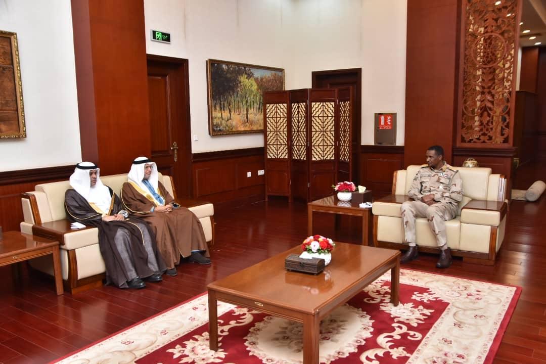 قرقاش يبحث وكبار المسؤولين في الحكومة السودانية تعزيز الشراكة والأمن والسلام